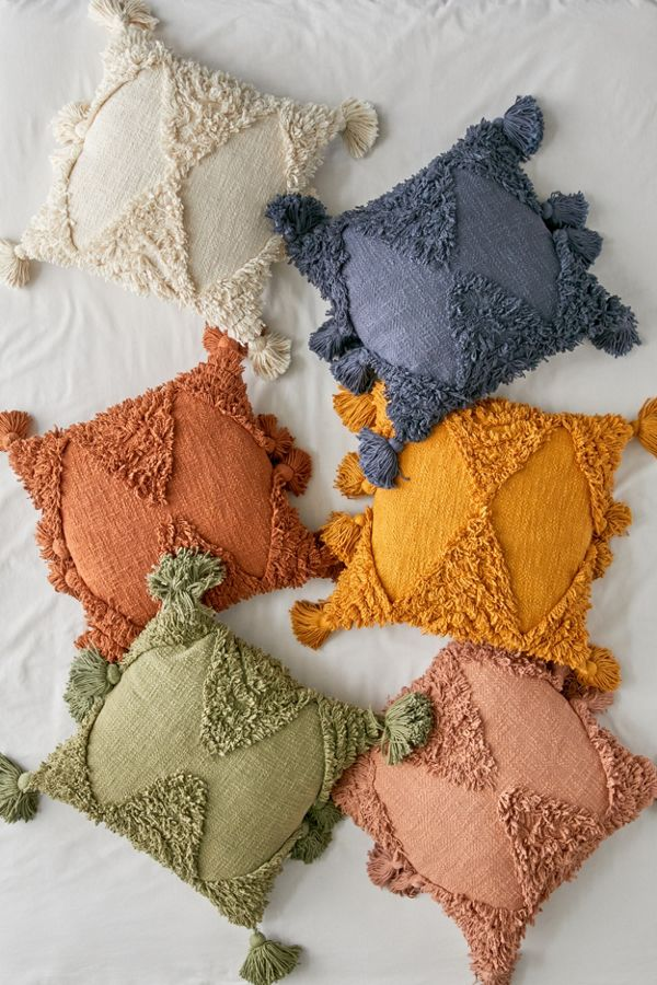 dorm-room-design-pillows